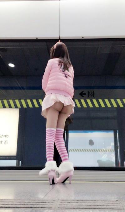 上海地下鉄 ノーパン尻出し女の子 13