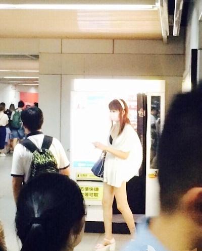 上海地下鉄 ノーパン尻出し女の子 16