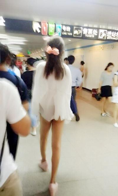 上海地下鉄 ノーパン尻出し女の子 17