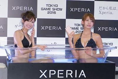 """Xperia風呂""再び 水着女性2人が入浴、防水性能をアピール 「社内でも好評」 -ITmedia ニュース"