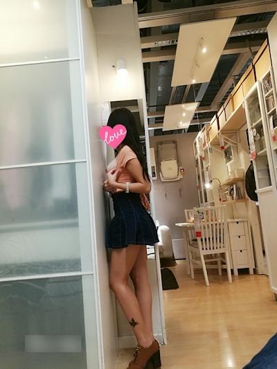 IKEA店内で露出プレイする中国素人女性のヌード画像 5