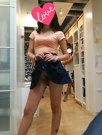 IKEA店内で露出プレイする中国素人女性のヌード画像 6