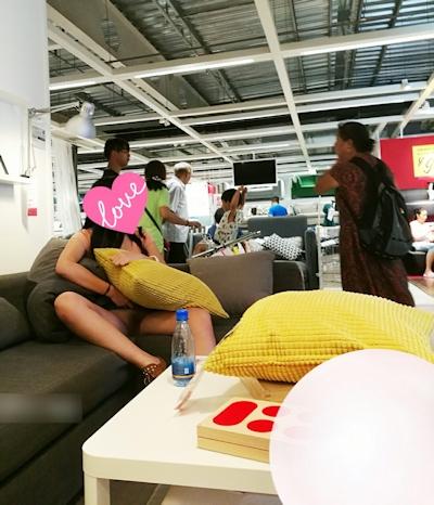 IKEA店内で露出プレイする中国素人女性のヌード画像 8