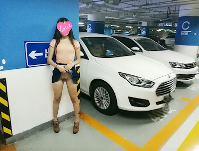 IKEA店内で露出プレイする中国素人女性のヌード画像 9