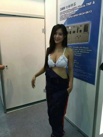 コスチュームが脱げて下着が見えてるような台湾のセクシーコンパニオン