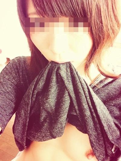 美乳な美少女がTwitterにアップしていた自分撮りヌード画像 16