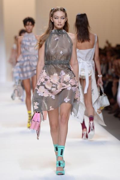 アメリカ美女モデル Gigi Hadid(ジジ・ハディッド) ファッションショーでスケスケおっぱい 2