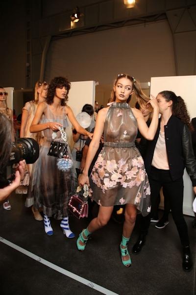 アメリカ美女モデル Gigi Hadid(ジジ・ハディッド) ファッションショーでスケスケおっぱい 3