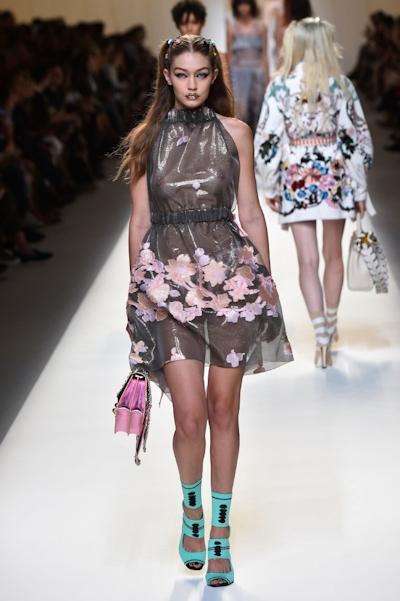 アメリカ美女モデル Gigi Hadid(ジジ・ハディッド) ファッションショーでスケスケおっぱい 4