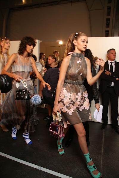 アメリカ美女モデル Gigi Hadid(ジジ・ハディッド) ファッションショーでスケスケおっぱい 5