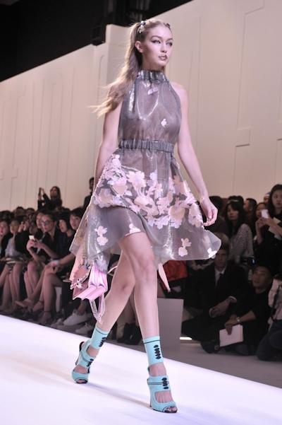 アメリカ美女モデル Gigi Hadid(ジジ・ハディッド) ファッションショーでスケスケおっぱい 6