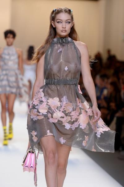 アメリカ美女モデル Gigi Hadid(ジジ・ハディッド) ファッションショーでスケスケおっぱい 7