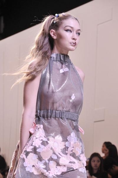 アメリカ美女モデル Gigi Hadid(ジジ・ハディッド) ファッションショーでスケスケおっぱい 9