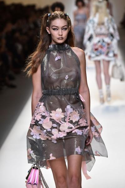 アメリカ美女モデル Gigi Hadid(ジジ・ハディッド) ファッションショーでスケスケおっぱい 10