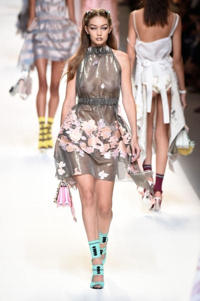 アメリカ美女モデル Gigi Hadid(ジジ・ハディッド) ファッションショーでスケスケおっぱい 11
