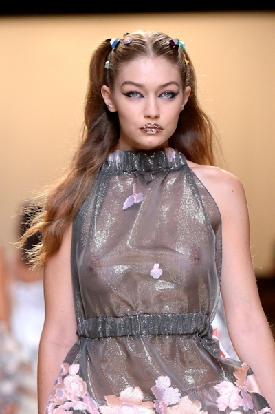 アメリカ美女モデル Gigi Hadid(ジジ・ハディッド) ファッションショーでスケスケおっぱい 12