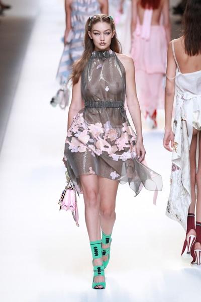 アメリカ美女モデル Gigi Hadid(ジジ・ハディッド) ファッションショーでスケスケおっぱい 13