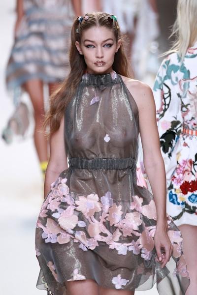 アメリカ美女モデル Gigi Hadid(ジジ・ハディッド) ファッションショーでスケスケおっぱい 14