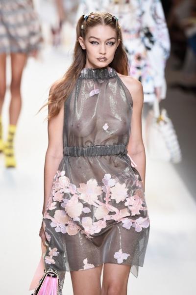 アメリカ美女モデル Gigi Hadid(ジジ・ハディッド) ファッションショーでスケスケおっぱい 15