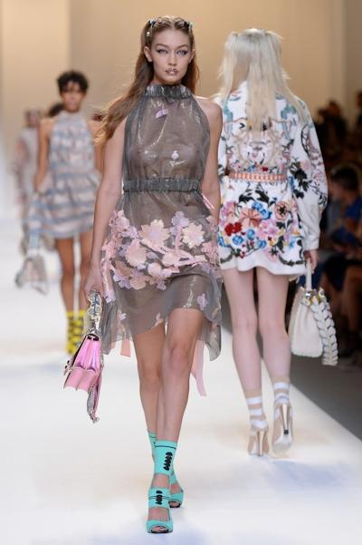 アメリカ美女モデル Gigi Hadid(ジジ・ハディッド) ファッションショーでスケスケおっぱい 16