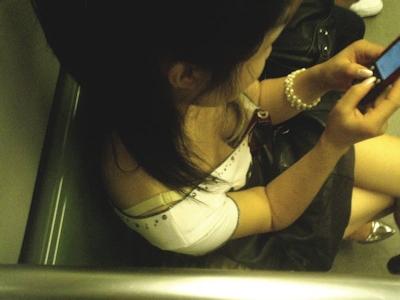 胸の谷間がチラ見えしてる女性を上から撮影したセクシー画像 23