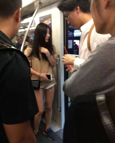 上海の地下鉄でロングヘアー美女がいきなり卒倒して謎の液体を残して立ち去る
