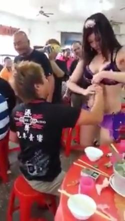 中国の宴会に呼んだコンパニオンのセクシーサービス 3