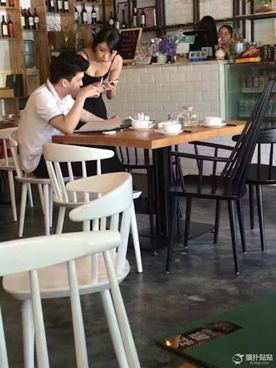 中国のレストランのウェイトレスの胸の谷間がセクシー 1