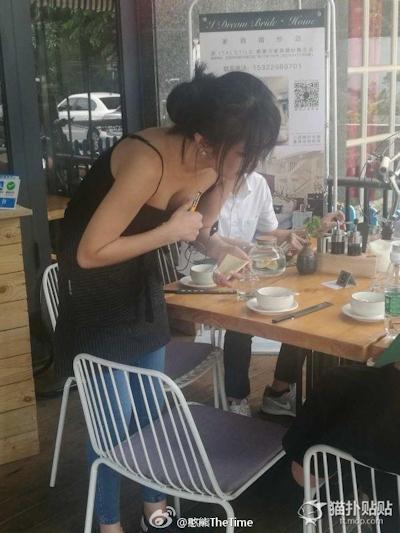 中国のレストランのウェイトレスの胸の谷間がセクシー 2