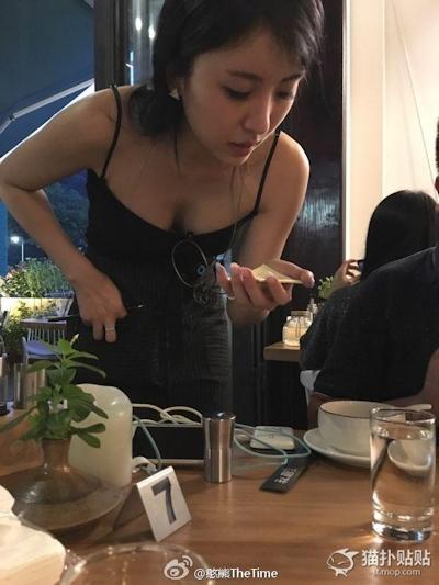 中国のレストランのウェイトレスの胸の谷間がセクシー 3