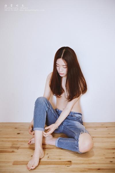 スレンダー微乳な中国美女のトップレスヌード画像 1