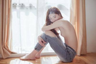 スレンダー微乳な中国美女のトップレスヌード画像 4