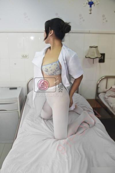 巨乳な美人ナースを病院で撮影したヌード画像 16