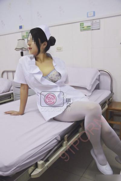 巨乳な美人ナースを病院で撮影したヌード画像 19