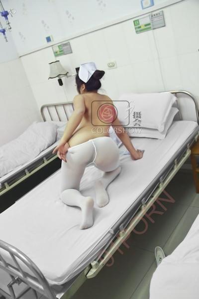巨乳な美人ナースを病院で撮影したヌード画像 25
