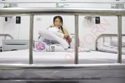 巨乳な美人ナースを病院で撮影したヌード画像 27