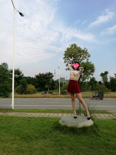 中国素人女性の野外露出ヌード画像 3