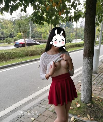 中国素人女性の野外露出ヌード画像 8