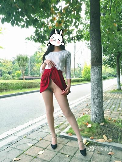 中国素人女性の野外露出ヌード画像 10