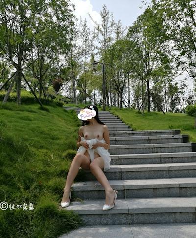 中国素人女性の野外露出ヌード画像 11