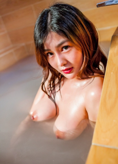 ロケット巨乳な中国美女の温泉ヌード画像 2