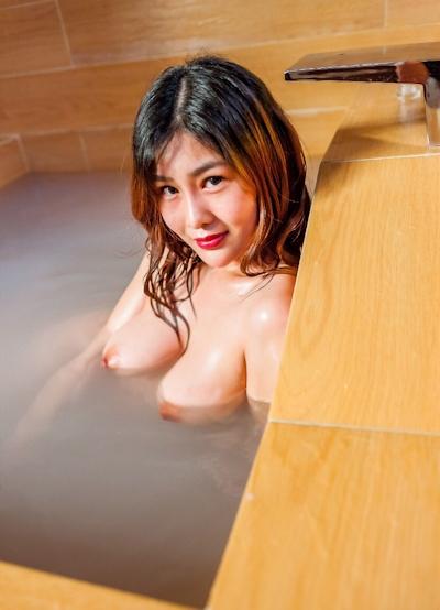 ロケット巨乳な中国美女の温泉ヌード画像 8