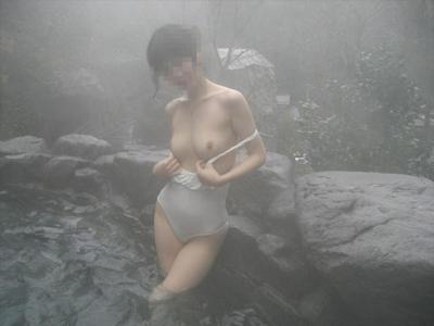 美乳な日本の素人女性の温泉ヌード画像 8