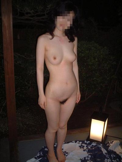 美乳な日本の素人女性の温泉ヌード画像 13