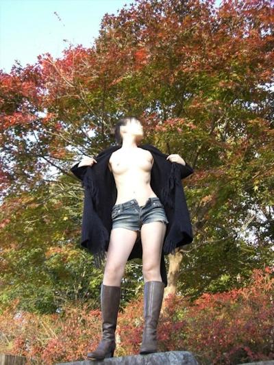 美乳な日本の素人女性の野外露出ヌード画像 5