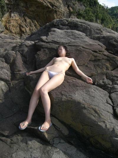 美乳な日本の素人女性の野外露出ヌード画像 16