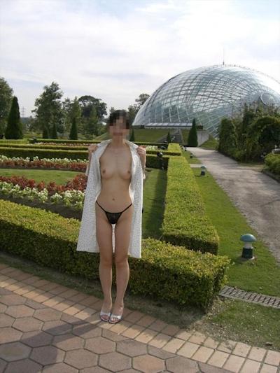 美乳な日本の素人女性の野外露出ヌード画像 19