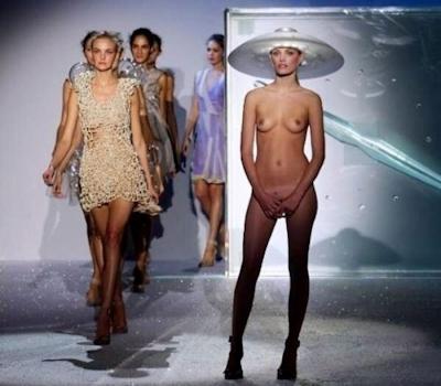 ファッションショーでおっぱい出してるモデルの画像 1