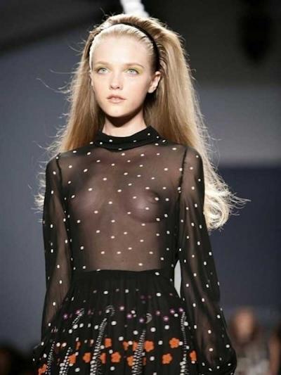 ファッションショーでおっぱい出してるモデルの画像 5