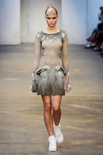 ファッションショーでおっぱい出してるモデルの画像 12